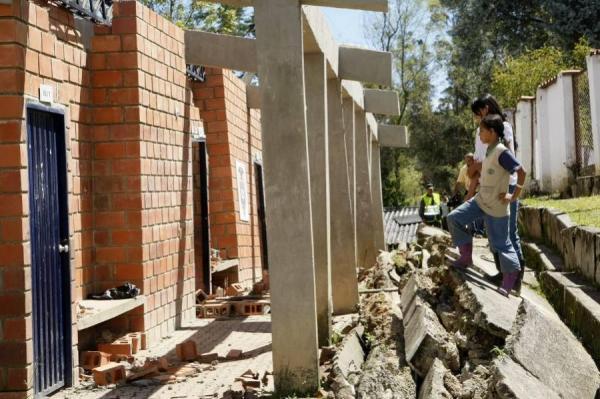 Hundimientos y grietas en el terreno tienen en emergencia a ... - Vanguardia Liberal