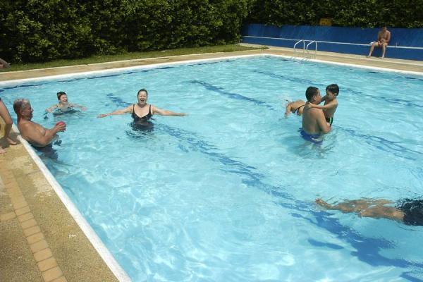 Se hunden las normas de seguridad en las piscinas noticias de santander colombia y el mundo - Piscina municipal santander ...