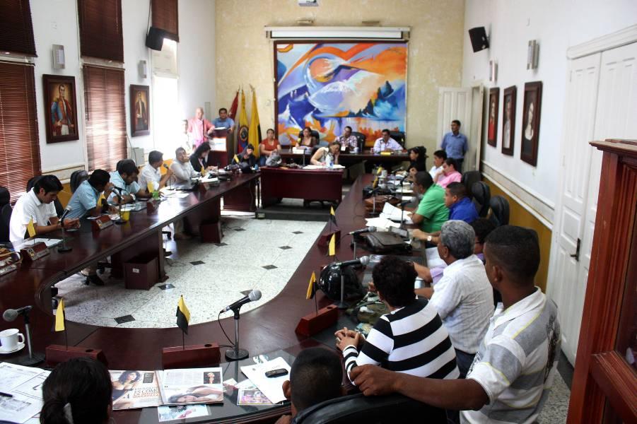 Concejales levantan sesión por presencia de la edil destituida