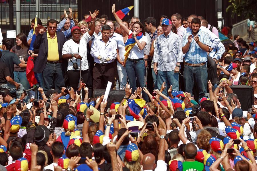 Diputada destituida regresó al país en plena ofensiva chavista