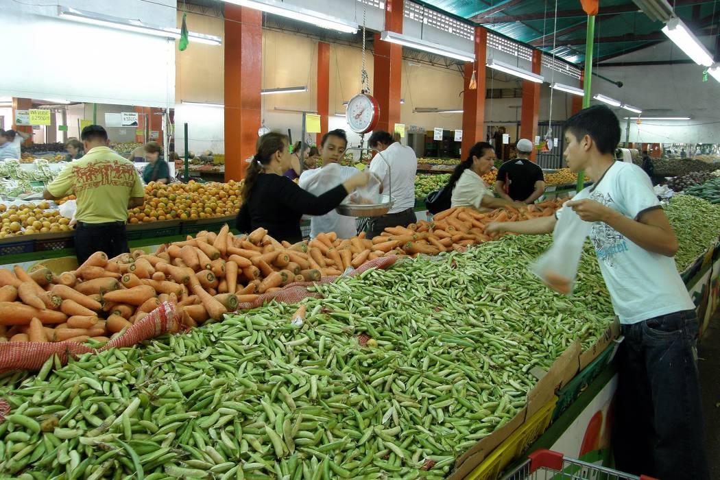 Abastecimiento de alimentos en Santander mejora tras acuerdo con camioneros
