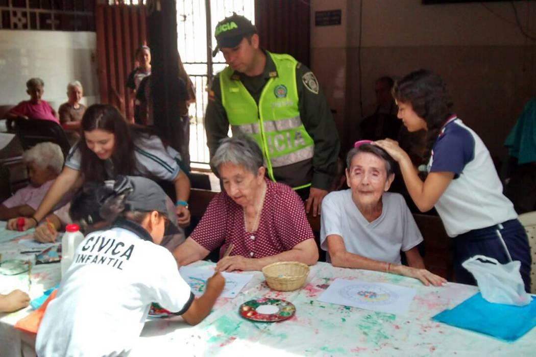 Niños cívicos regalan sonrisas a los ancianos