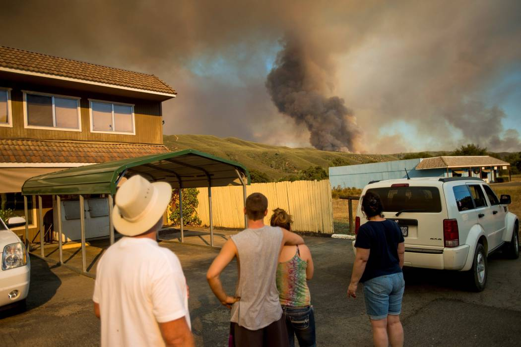 Por incendios evacuan a más de 13.000 personas en California, EE.UU.