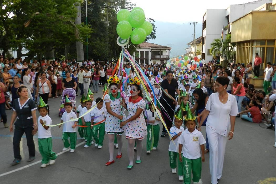 Colorido desfile realizó la comunidad del Itis