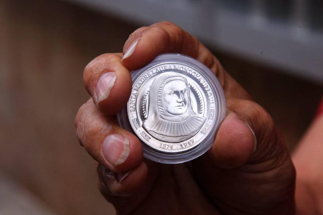 Con las monedas, la Madre Laura le hace el milagro a los revendedores
