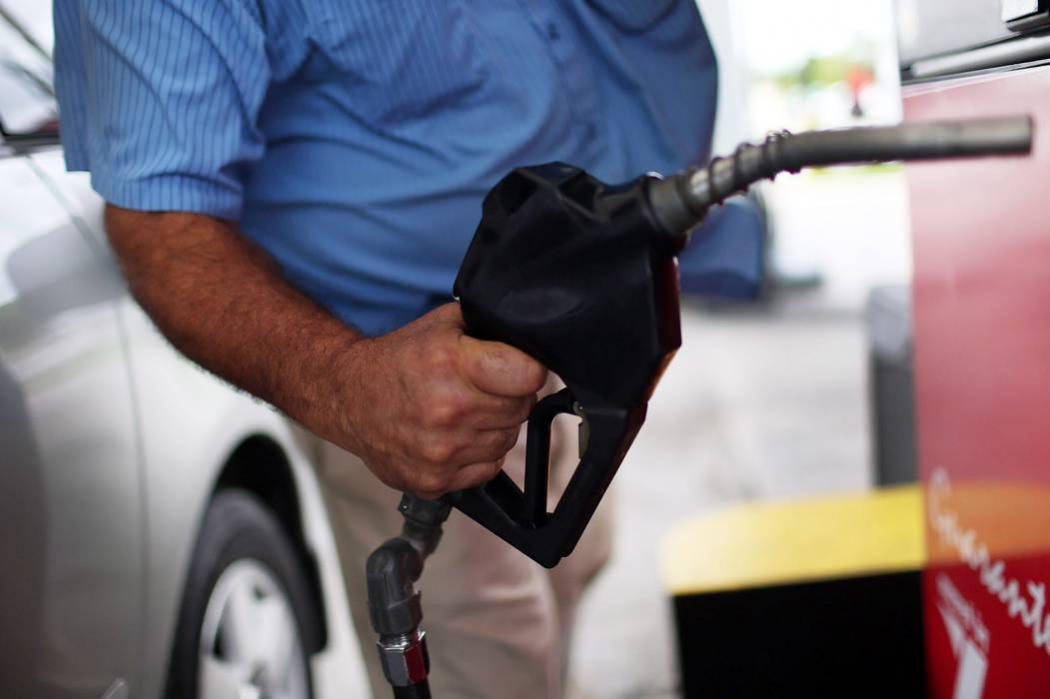 Presidente del Senado pide rebaja en los precios de la gasolina