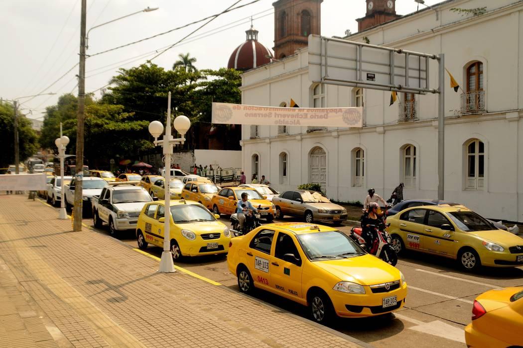 En pañales, taxistas protestan ante crisis