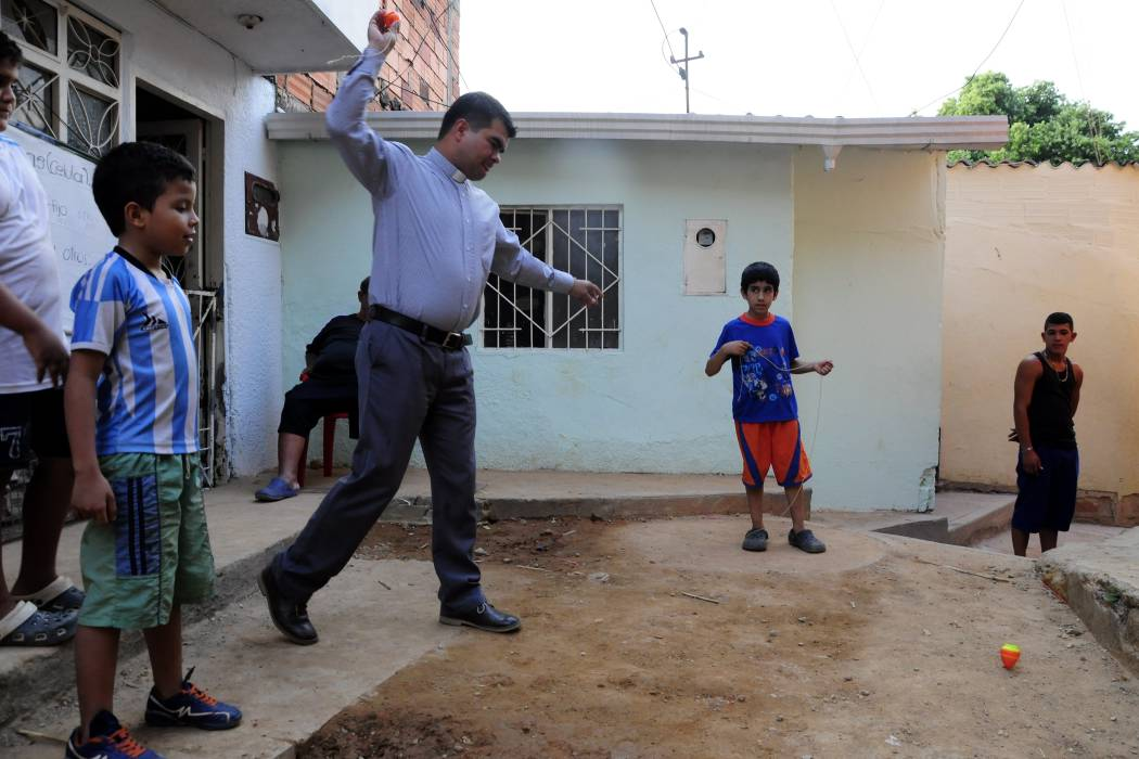 El padre que transformó una comuna de Bucaramanga con arte y cultura
