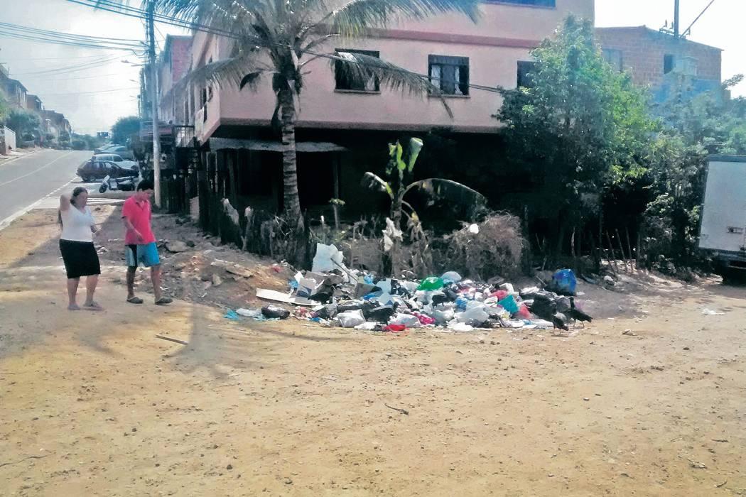 Calles y andenes  de Riveras del Río se llenan de basura