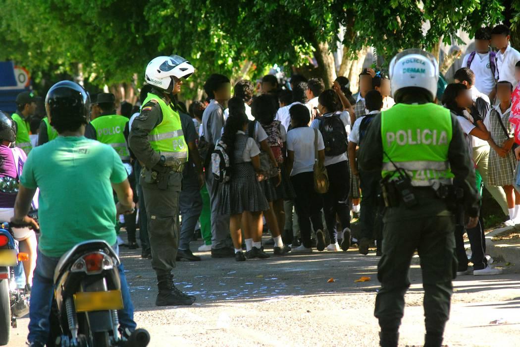 Estudiantes se citan a riña y deriva en gresca con Policía