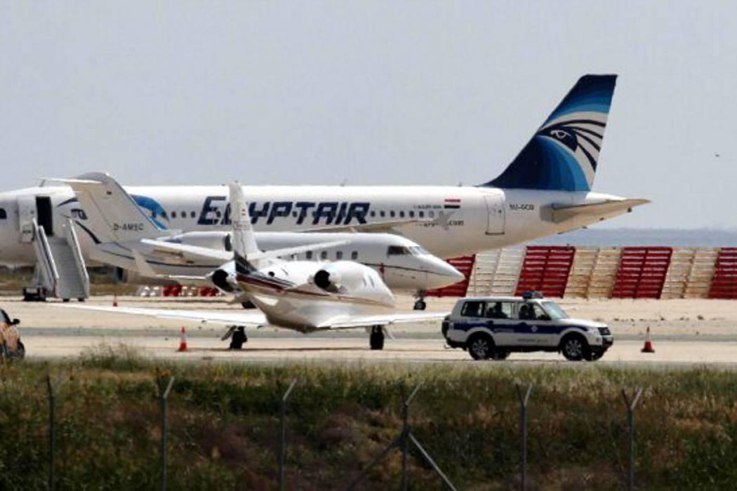 Concluye el secuestro del avión de EgyptAir y el secuestrador se entrega