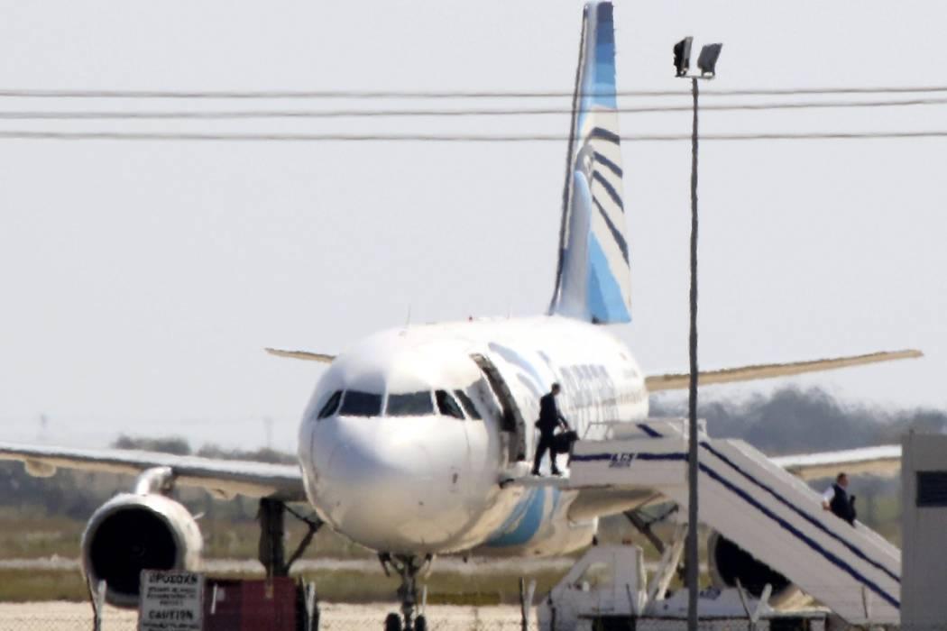 Autor de secuestro del avión de EgyptAir se entregó