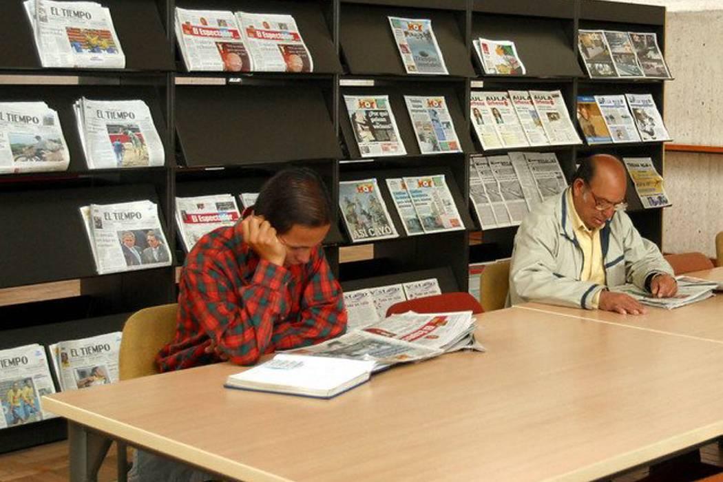 Siete de cada 10 colombianos aún prefiere leer los periódicos impresos
