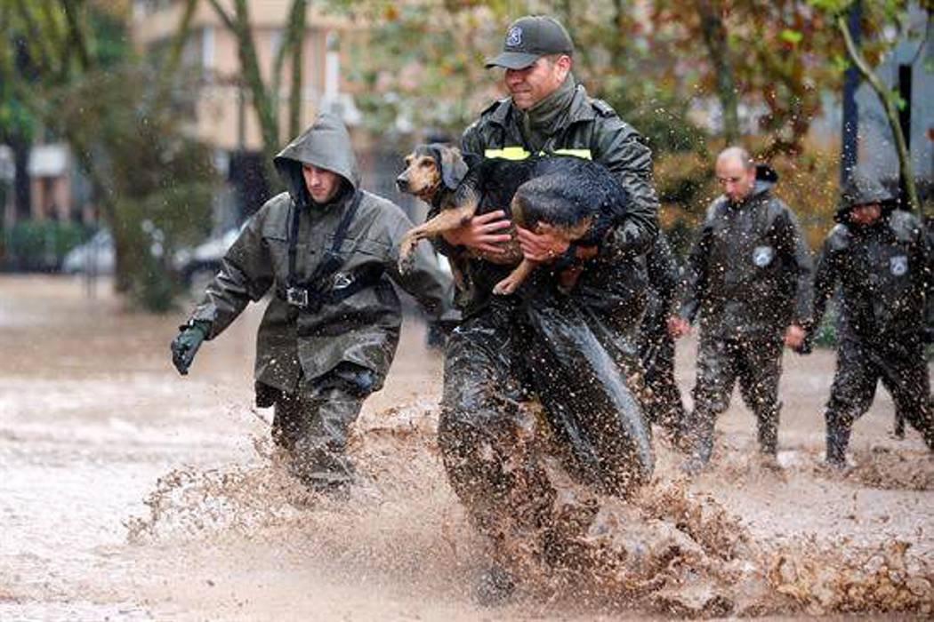 Fuertes lluvias desbordan río en la capital de Chile y dejan un muerto