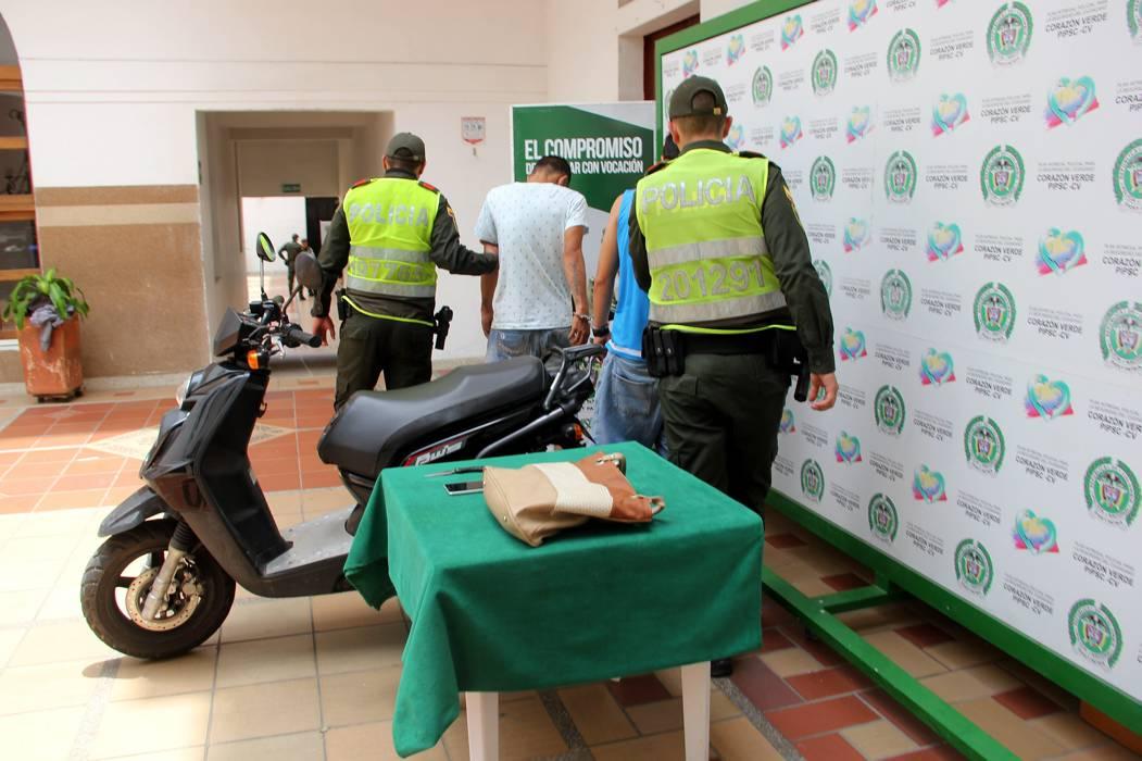 Capturan a dos sujetos tras robo de un bolso en Bucaramanga