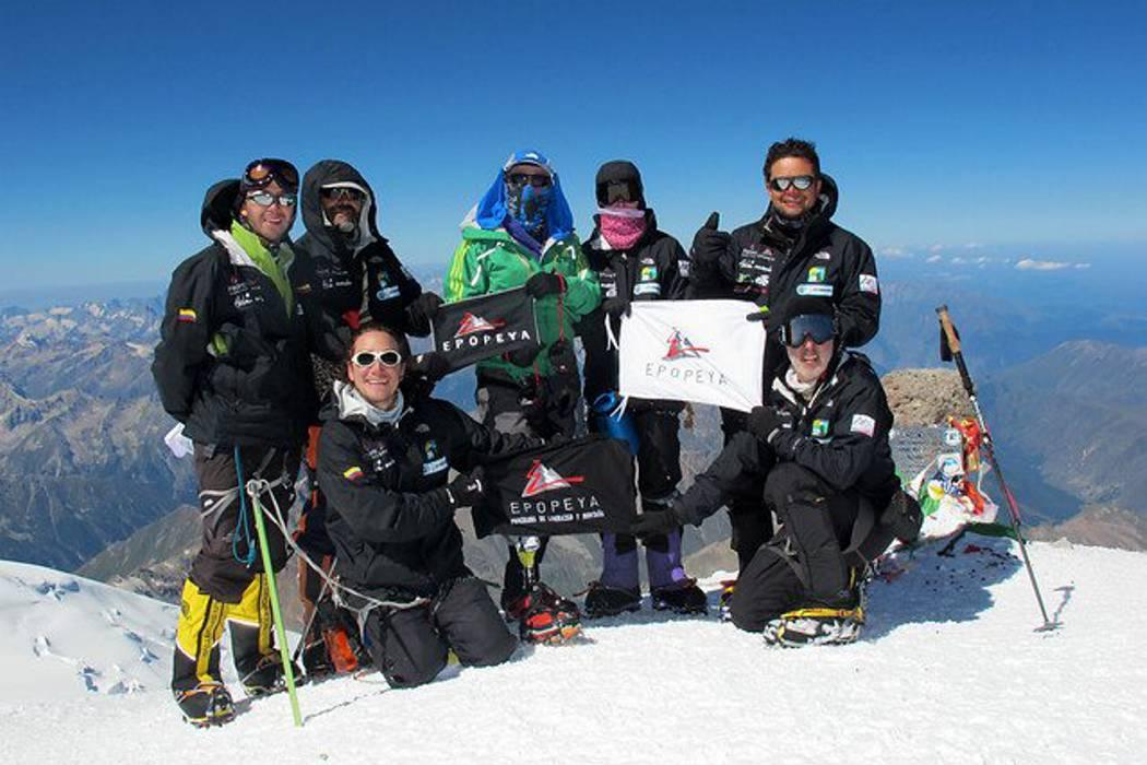 La bandera colombiana se alza en la cima del monte Carstensz