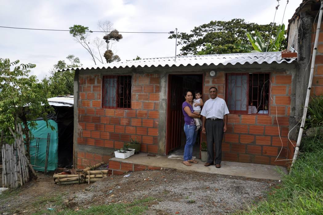 El padre Mario Aparicio Blanco, párroco de Guapotá, cristalizó el sueño de una familia