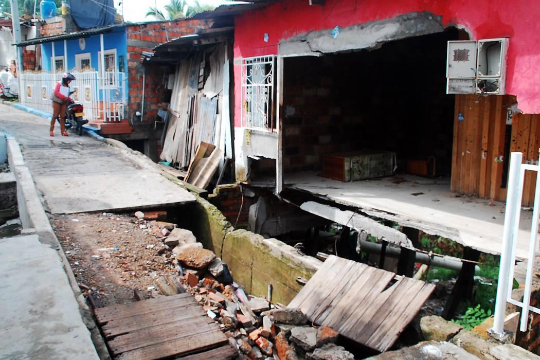 Familia continúa viviendo  en casa a punto de colapsar