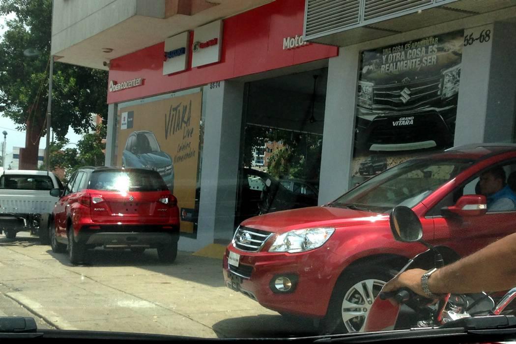 Denuncian invasión de espacio público de un concesionario en plena carrera 27 de Bucaramanga