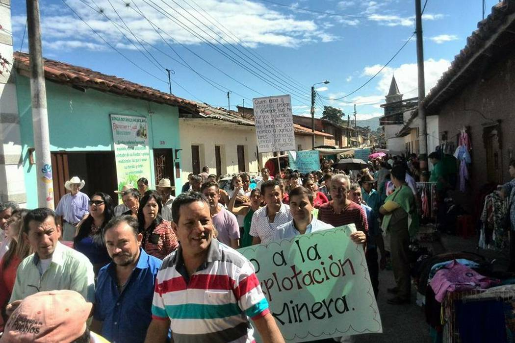 Realizaron marcha contra las concesiones mineras en Mogotes