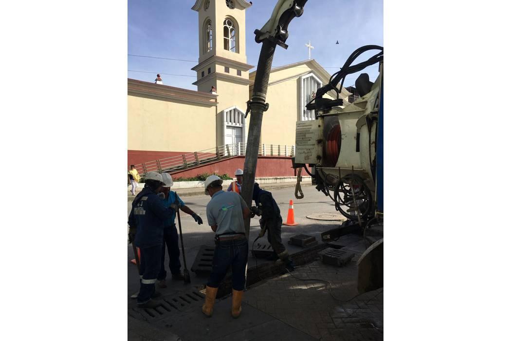 Limpieza en las redes de alcantarillado en Barbosa