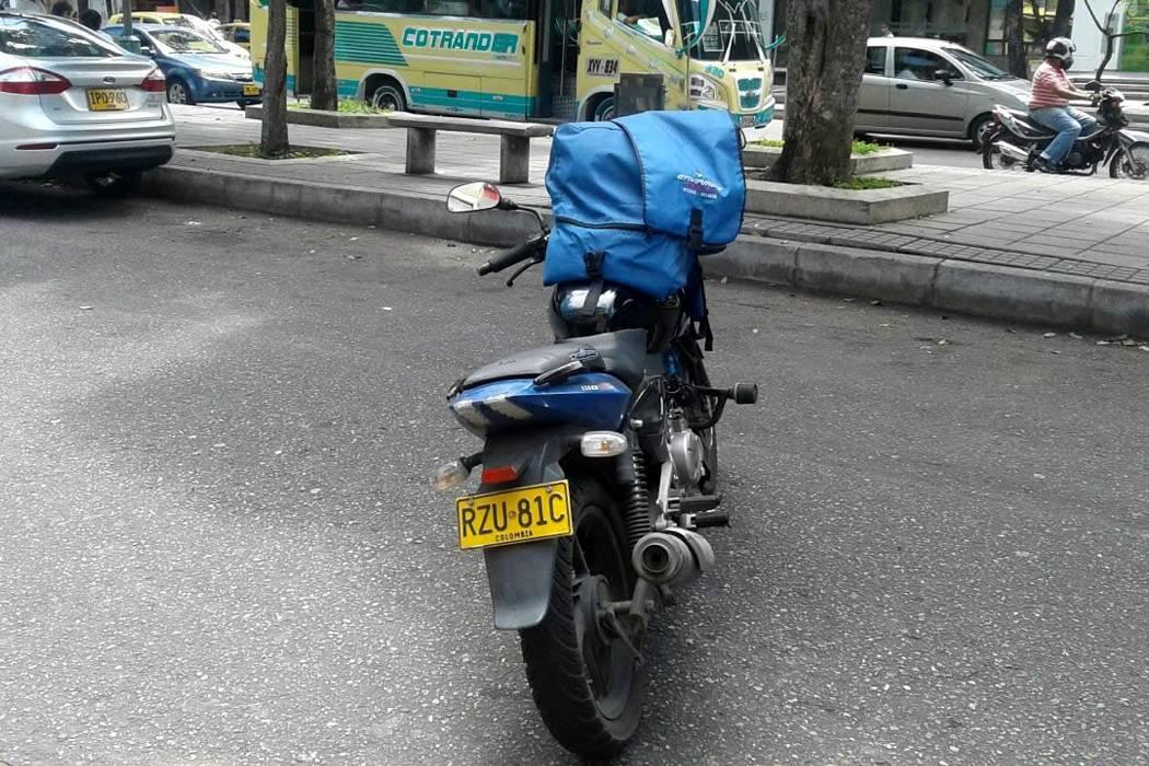 Conozca al bumangués que estacionó su motocicleta en la mitad de la calle