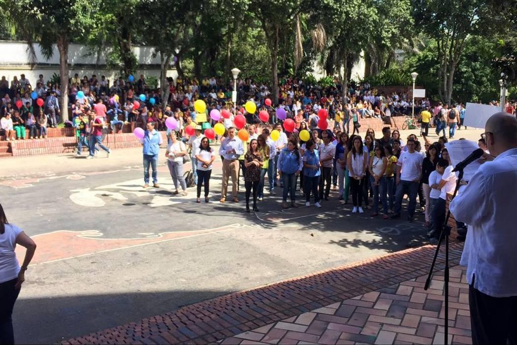 Con acto simbólico, comunidad de la UIS rechazó actos de violencia
