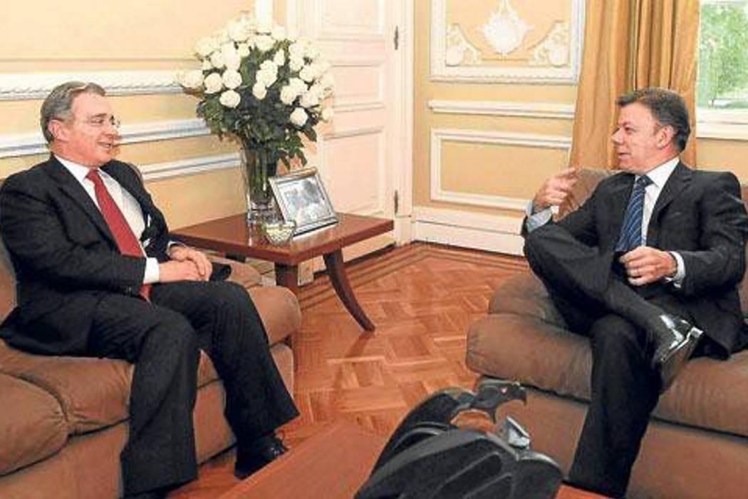 Santos le envía carta a Uribe, pide sentarse a hablar