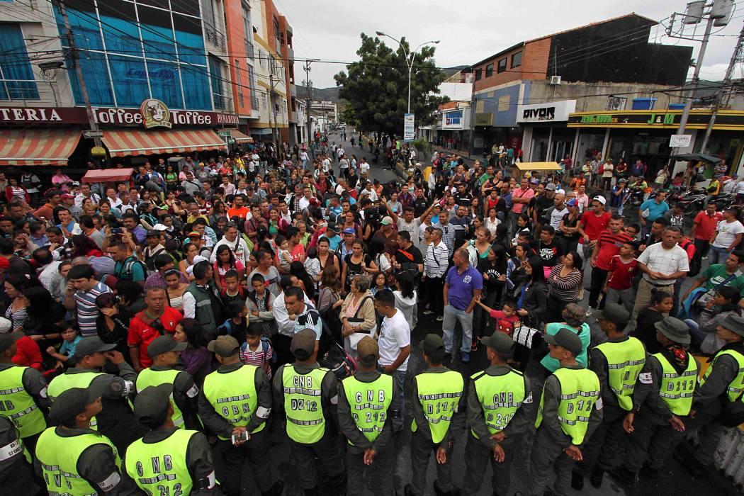 Unos 35.000 venezolanos cruzaron este sábado la frontera
