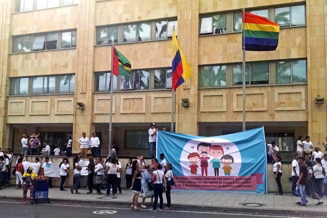 Realizan plantón frente a bandera Lgbt izada en Alcaldía de Bucaramanga