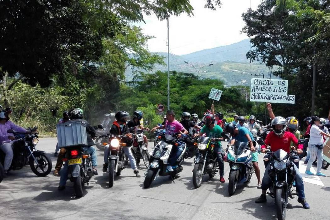 Mototaxistas realizaron 'plan tortuga' en calles de Bucaramanga