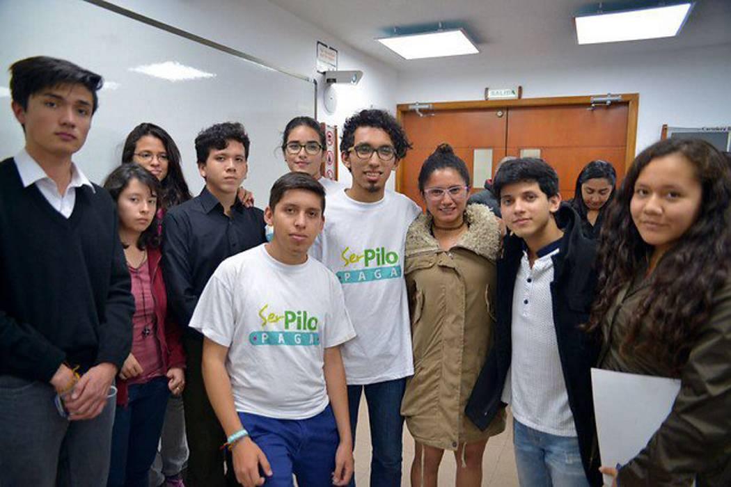 Beneficiarios de 'ser pilo paga' exigen disculpa pública a Álvaro Uribe