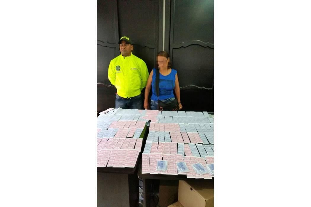 Capturan a mujer que vendía boletas de rifas falsas en el Puerto