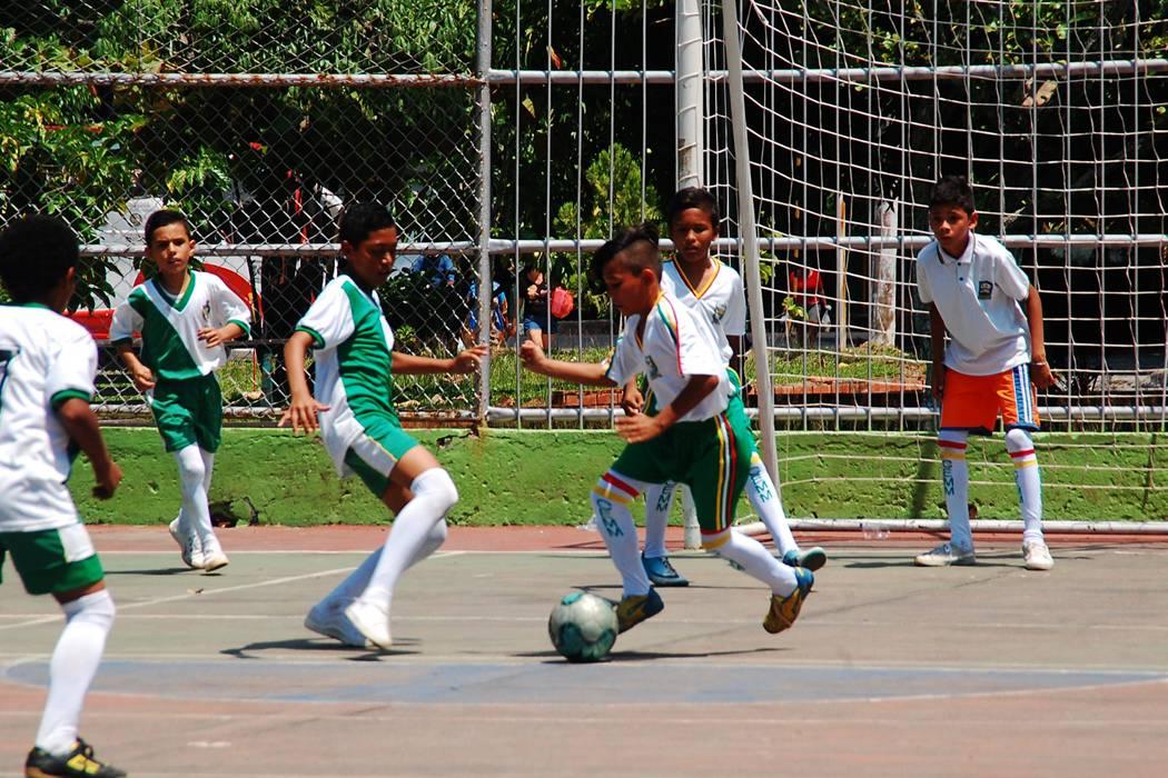 Con micro y voleibol se pitó el inicio de los Interescolares