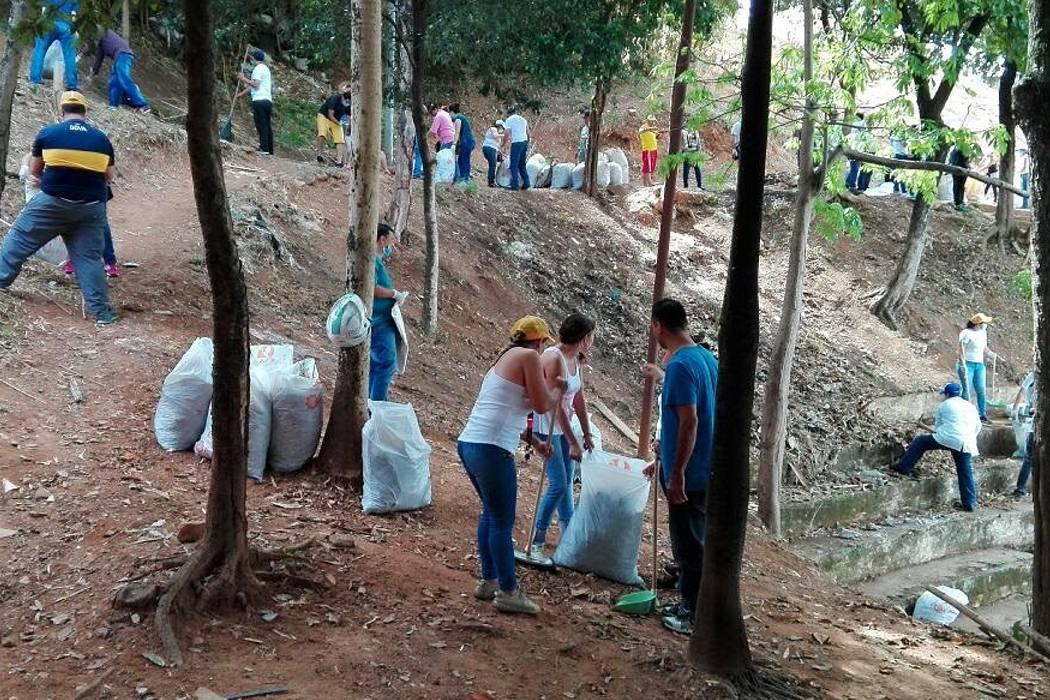 Emaf y comunidad limpian  en conjunto las zonas verdes