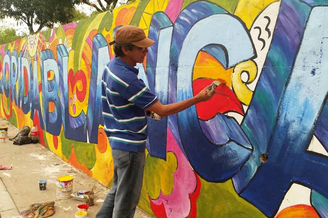 Con arte y color dan vida a murales en Floridablanca