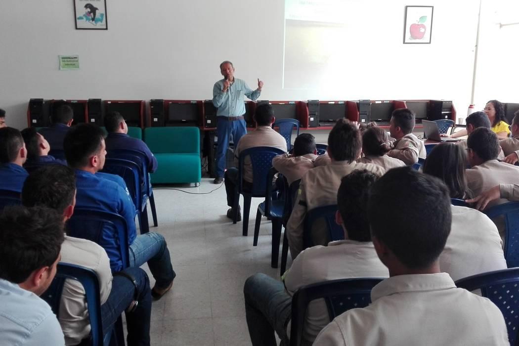 El escritor Celso Román dio una conferencia a los aprendices del Sena en la localidad