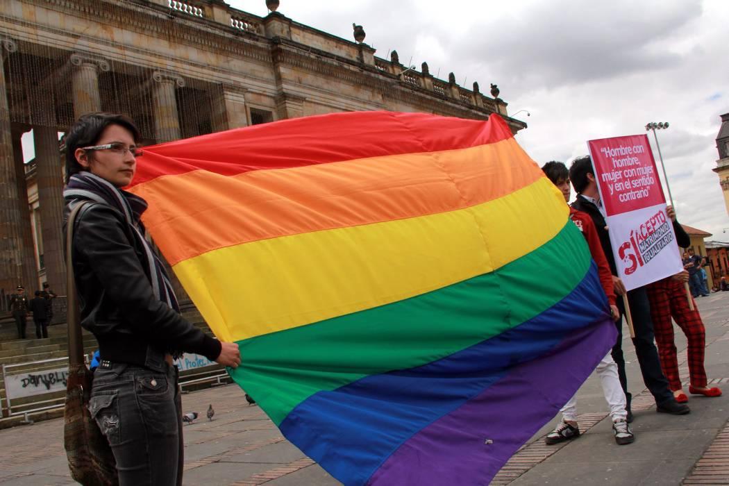 Aprueban en Senado referendo que prohíbe adopción a solteros y gays