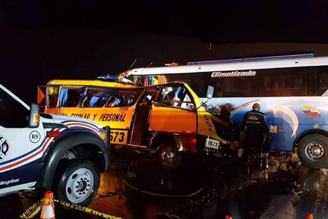 Accidente de carretera deja al menos 19 muertos y 17 heridos en Ecuador