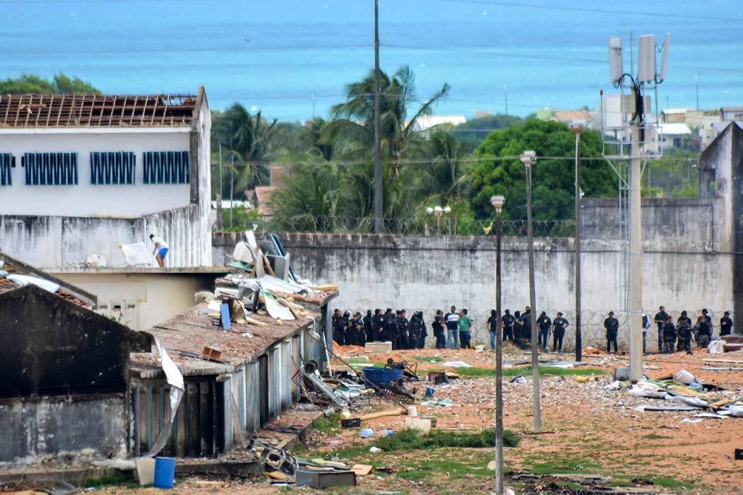 Policía de Brasil dice que hay más de 30 muertos por motín