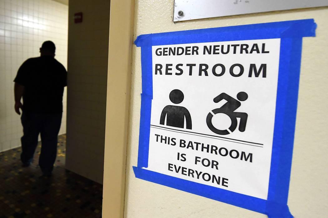 Trump revoca norma que permitía a los estudiantes transexuales elegir baño