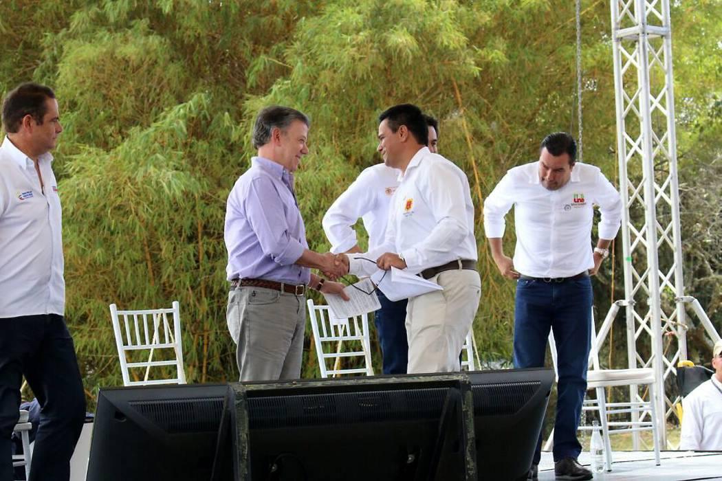 Presidente firma convenio para aeropuerto 'Los Pozos'