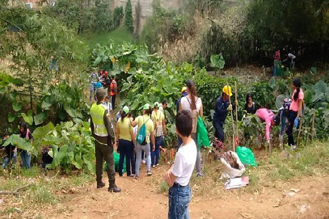 Policía y comunidad limpiaron alrededores de 'Las Pilanderas'