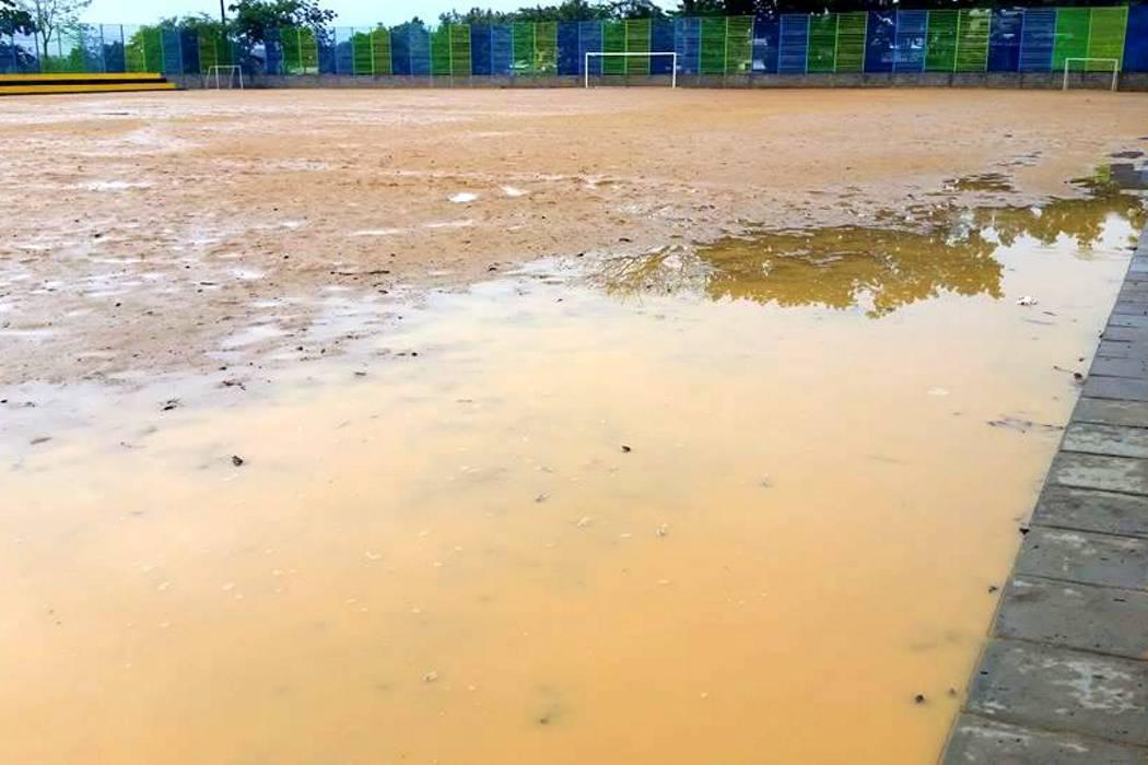 Cancha sin entregar se inundó debido a problemas de drenaje