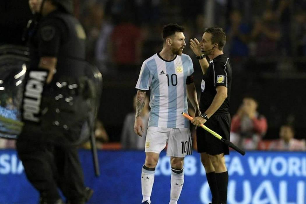 Suspenden a Messi 4 fechas por insultar a un árbitro