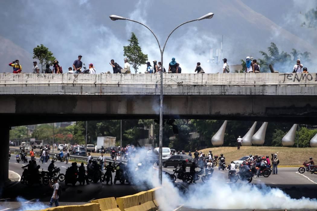 Evacuan clínica en Caracas impactada por lacrimógenos