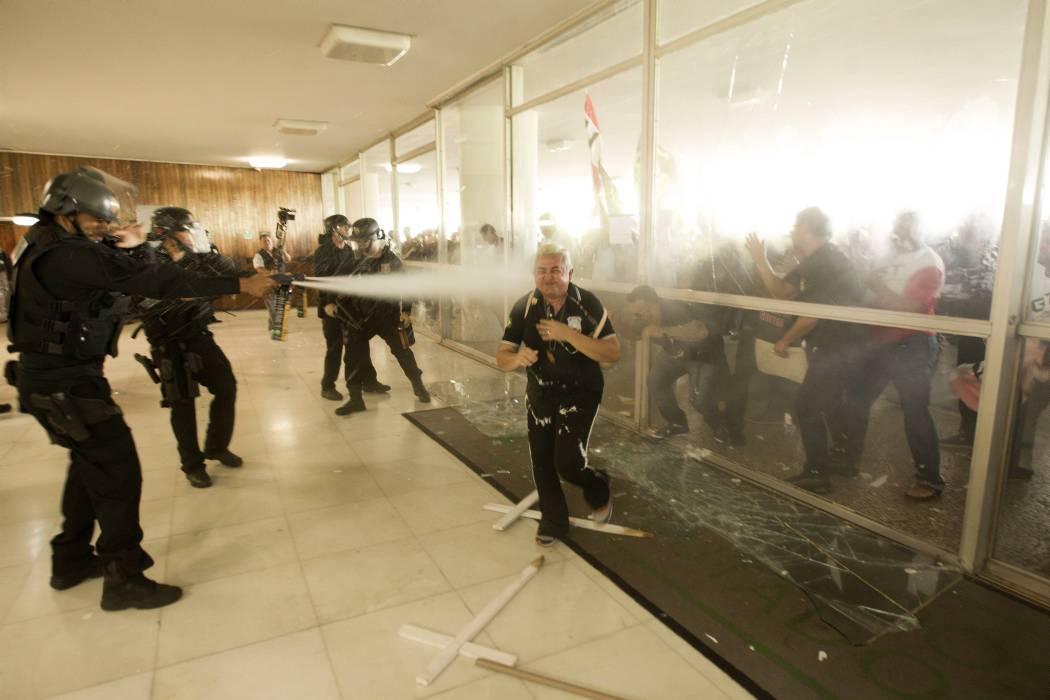 Destrozos por protesta policial contra reformas