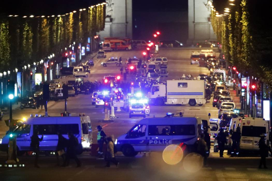 Un policía muerto y otro herido en tiroteo en los Campos Elíseos de París