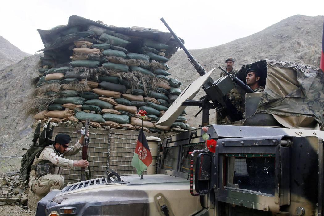 Grave ataque talibán a una base militar afgana