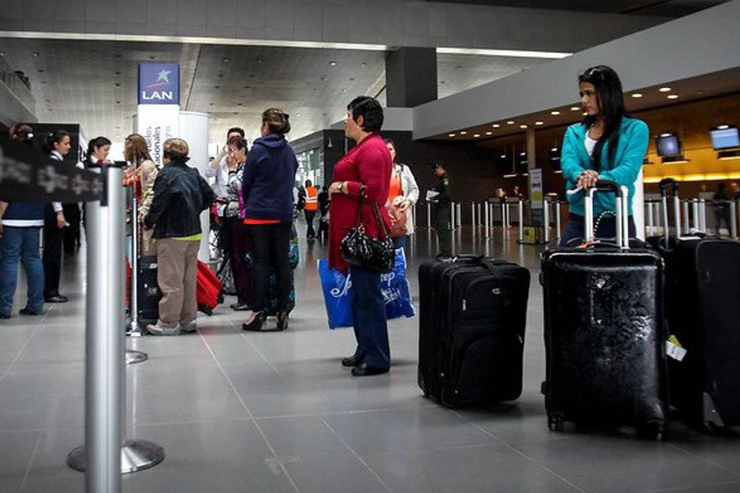 Conozca los derechos que no le pueden vulnerar cuando viaja en avión